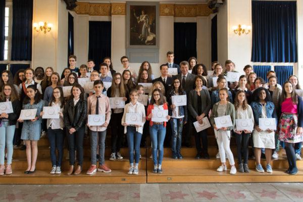 Les 53 (sur 60) lauréats du concours encadrant le CA Boivin et M. Darcos.   Mercredi 16 mai 2018 a eu lieu la remise des prix du Plumier d'or au pavillon de musique de la Maison d'éducation de la Légion d'Honneur à Saint-Denis. le Plumier d'or est un concours de langue française destiné aux élèves de 4e des collèges, publics et privés, en France et à l'étranger. Il est organisé par Défense de la langue française à l'occasion de la Semaine de la Francophonie. Le Plumier d'or est parrainé par le Sénat, la Marine nationale et de nombreux mécènes. La Marine nationale offre un court séjour dans une unité de la marine nationale aux dix premiers lauréats. Etaient présent, notamment, le Contre-Amiral Stéphane Boivin, Commandant la Marine à Paris, M. Xavier Darcos, président de Défense de la langue française et ancien ministre de l'éducation nationale, Mme Deromedi, sénatrice et M. Dominique Le Brun, écrivain de marine.